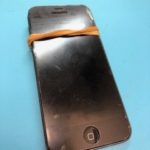輪ゴムで留めて使っていたら起動しなくなった iPhone5…