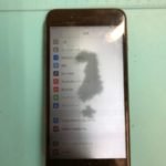 画面交換したばかりなのに? iPhone 8P の巨大なシミ。