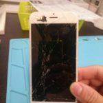 娘さんに気を遣うお父様はつらいよ…画面が真っ暗なiPhone 6。