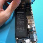 昨日までは充電できてたのに…差込口のベスポジを失ったiPhone SE。